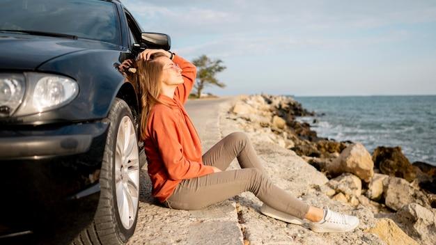 Jonge vrouw die van wegreis geniet