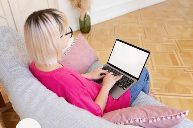 Jonge vrouw die vanuit huis werkt