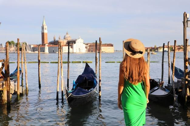 Jonge vrouw die venetiaanse lagune bewondert