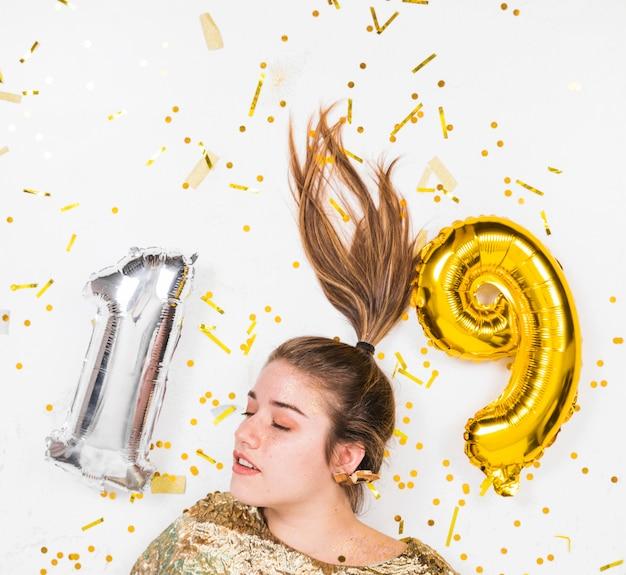 Jonge vrouw die verjaardag 19 vieren