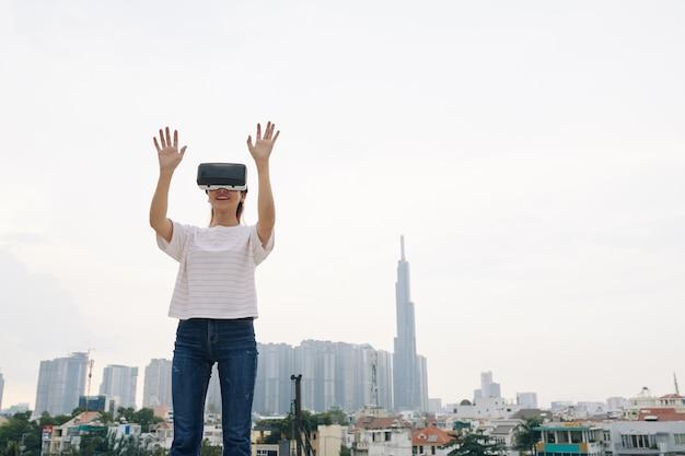 Jonge vrouw die virtuele werkelijkheid ervaart
