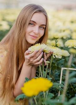 Jonge vrouw die voor bloemen geeft