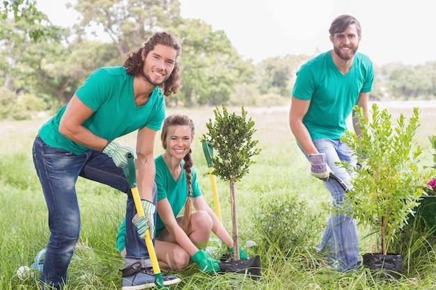 Jonge vrouw die voor de gemeenschap tuiniert