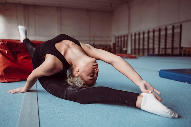 Jonge vrouw die voor gymnastiekolympische spelen uitoefent