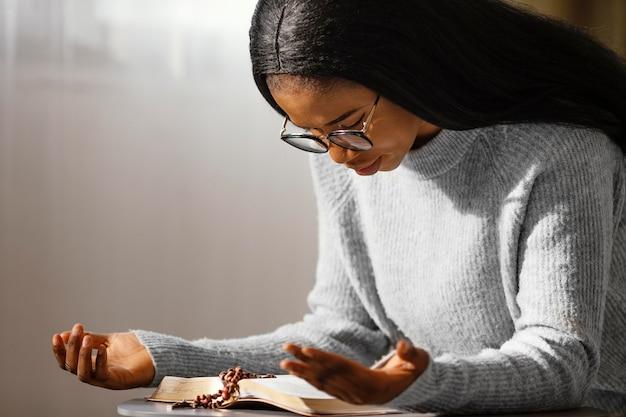 Jonge vrouw die voor haar dierbaren bidt