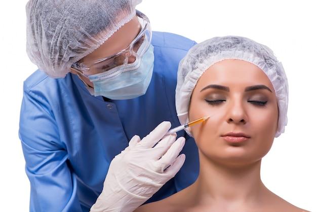 Jonge vrouw die voor injectie van geïsoleerde botox voorbereidingen treft