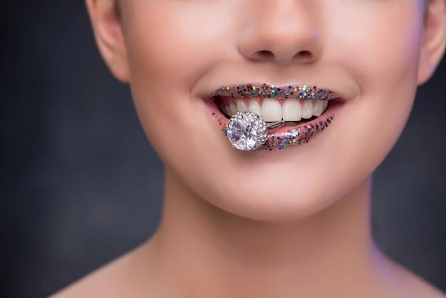 Jonge vrouw die voorstel met diamantring ontvangt