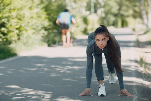 Jonge vrouw die vooruit en in het park gaan lopen kijken
