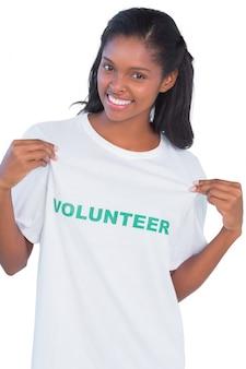 Jonge vrouw die vrijwillige t-shirt draagt en aan het richt
