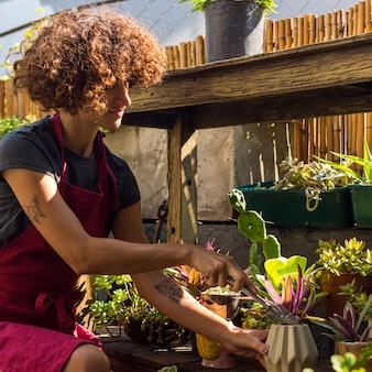 Jonge vrouw die wat tuinieren doet