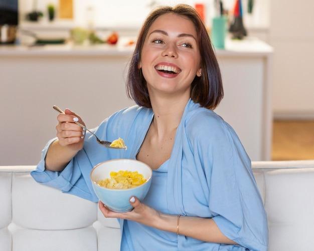 Jonge vrouw die wat vrije tijd thuis geniet