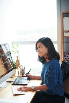 Jonge vrouw die werkt met stockfoto's