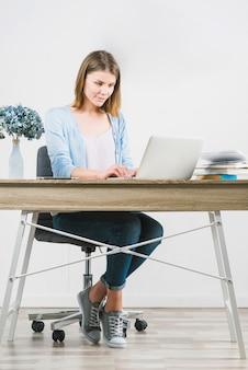 Jonge vrouw die werkt op kantoor