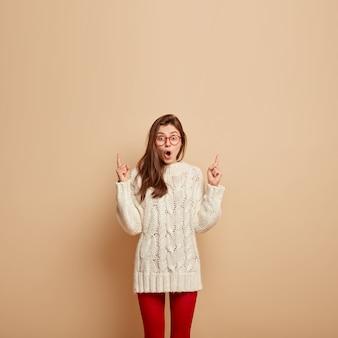 Jonge vrouw die witte sweater draagt
