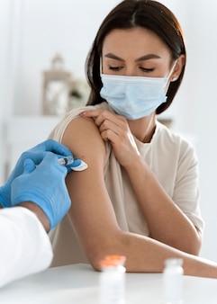 Jonge vrouw die wordt ingeënt