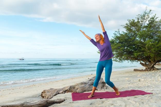 Jonge vrouw die yoga beoefent