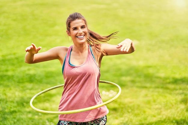 Jonge vrouw die yoga doet in het ochtendpark Premium Foto