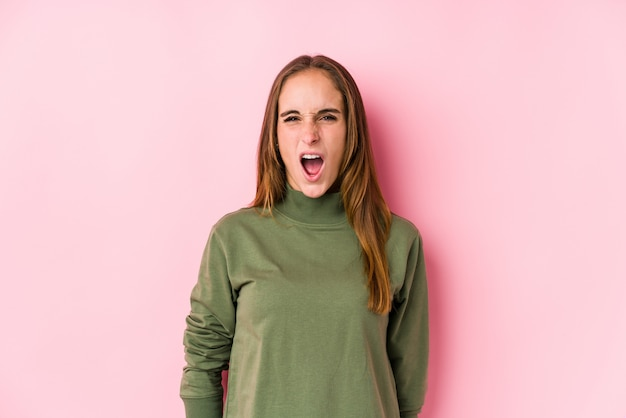 Jonge vrouw die zeer boos en agressief gillen