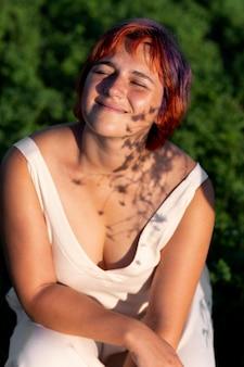 Jonge vrouw die zelfverzekerd buiten het veld poseert