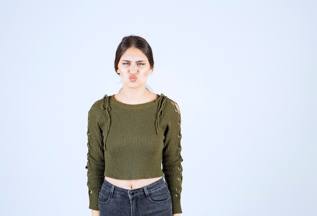 Jonge vrouw die zich gek voelt op een witte achtergrond.