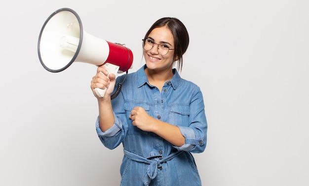 Jonge vrouw die zich gelukkig, positief en succesvol voelt, gemotiveerd wanneer ze voor een uitdaging staat of goede resultaten viert