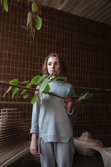 Jonge vrouw die zich op een kunstplatform bevindt