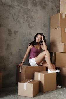 Jonge vrouw die zich op haar nieuwe flat beweegt