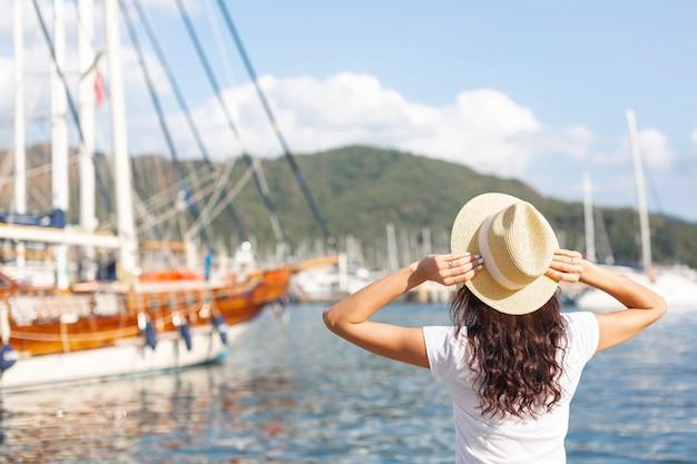Jonge vrouw die zich op haven bevindt