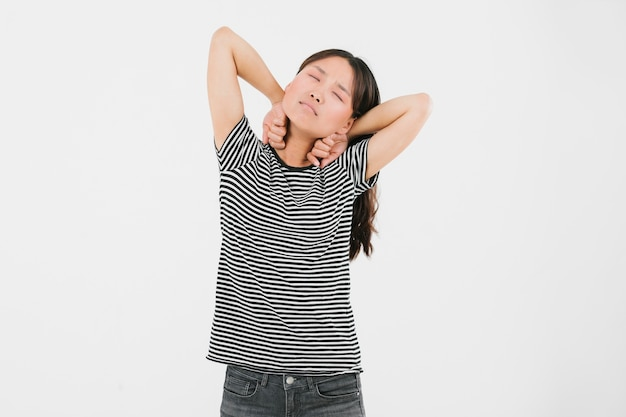 Jonge vrouw die zich uitstrekt vanwege vermoeidheid