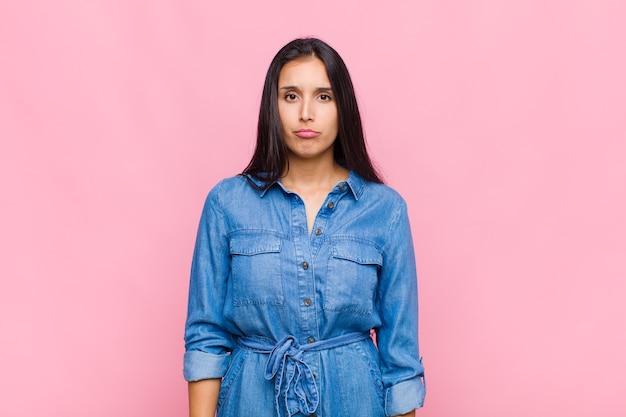 Jonge vrouw die zich verdrietig en gestrest voelt, van streek is vanwege een onaangename verrassing, met een negatieve, angstige blik