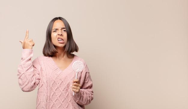 Jonge vrouw die zich verward en verbaasd voelt, laat zien dat je gek, gek of gek bent