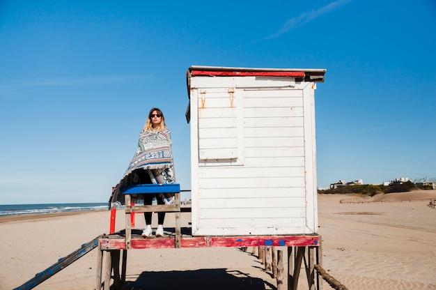 Jonge vrouw die zich voordeed aan de kust
