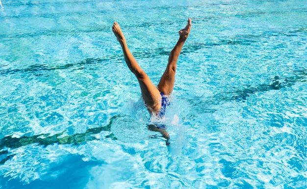 Jonge vrouw die zich voordeed bij het zwembad
