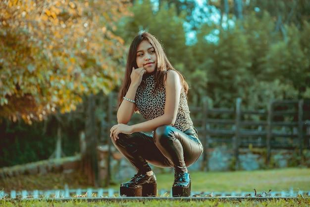 Jonge vrouw die zich voordeed in het park