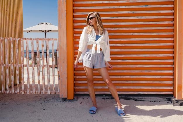 Jonge vrouw die zich voordeed op het strand