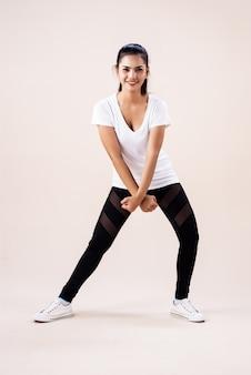 Jonge vrouw doet danstraining