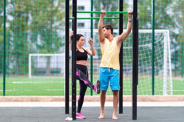 Jonge vrouw doet een training op parallelle staven