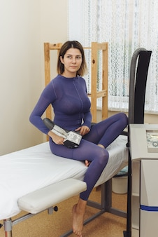 Jonge vrouw doet lpg-procedures op haar lichaam