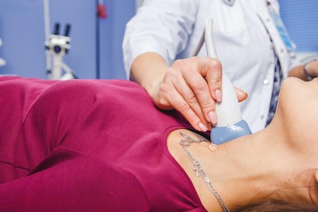 Jonge vrouw doet nek echografie onderzoek