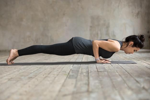 Jonge vrouw doet push ups of druk ups