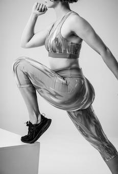 Jonge vrouw doet push-ups training fitness houding body building oefening uitoefenen op studio