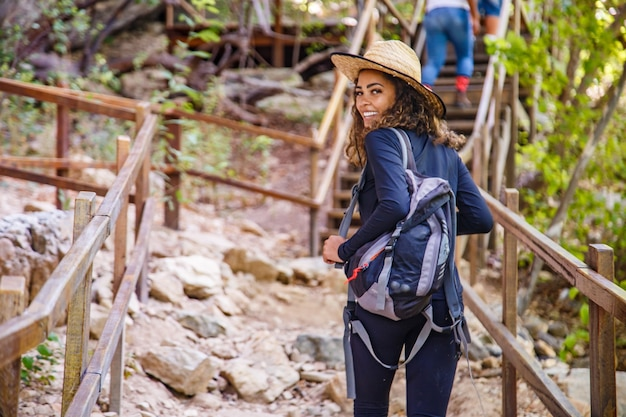 Jonge vrouw doet trail reizen