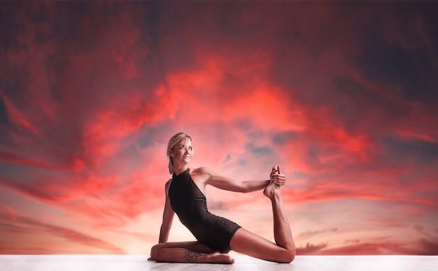 Jonge vrouw doet yoga in de natuur. vrouwen geluk gezondheid en rust.