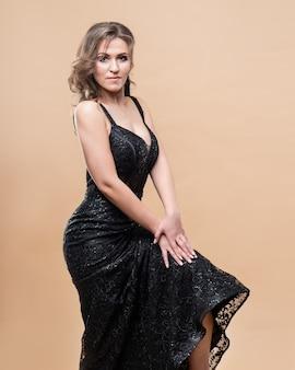 Jonge vrouw draag mode jurk zijde zwarte kleur