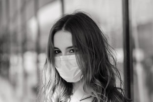 Jonge vrouw draagt een masker om virus te voorkomen