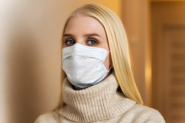 Jonge vrouw draagt gezichtsmasker in restaurant. levensstijl nieuw normaal na coronavirusconcept.