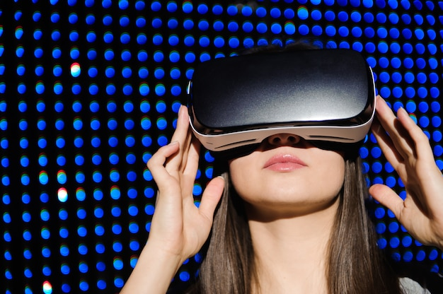 Jonge vrouw draagt virtual reality digitale bril