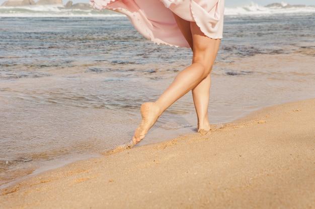 Jonge vrouw draait op het strand