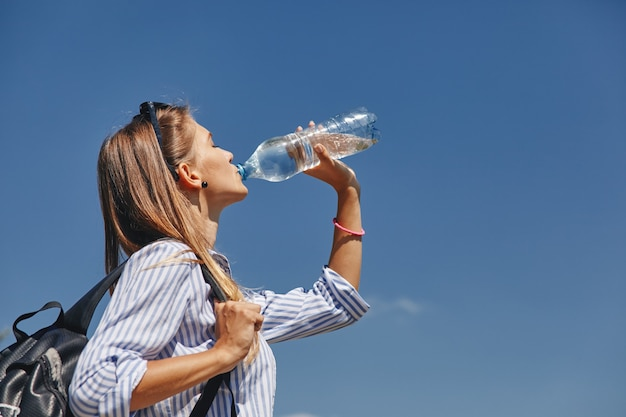 Jonge vrouw drinkwater