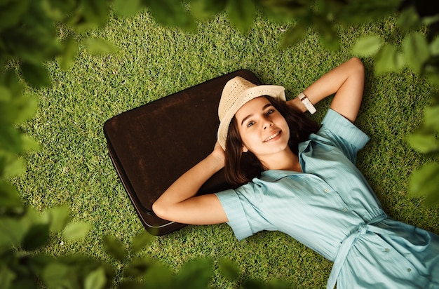 Jonge vrouw droomt van een toekomstige reis.